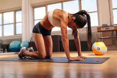 Muscular woman exercising on fitness mat Royalty Free Stock Images