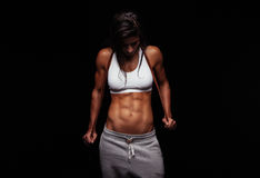 Muscular woman holding skipping rope Royalty Free Stock Photos