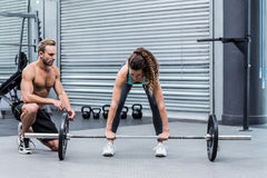 A muscular woman lifting weight Royalty Free Stock Photography