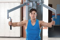 Muscular young man training Stock Photography