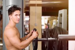 Muscular young man training Royalty Free Stock Photos