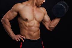 Musculatura que controla individuo bien hecho con el ABS perfecto que hace ejercicio imágenes de archivo libres de regalías