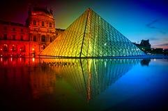 Musée de Louvre aux couleurs de Coucher du soleil-arc-en-ciel Photos stock