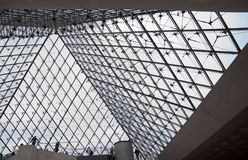 Musée du Louvre piramidebinnenland Royalty-vrije Stock Afbeelding