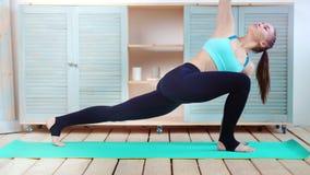 Museau de pratique de chien de pose de femme convenable de yoga de plein tir vers le bas sur la vue de côté de tapis à la maison banque de vidéos