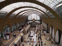 Musee D'Orsay - den huvudsakliga korridoren och klockan i Paris, Frankrike Arkivfoton