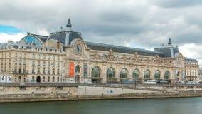 Musee D ` Orsay is een museum in Parijs timelapse, op de linkeroever van de Zegen Parijs, Frankrijk stock video