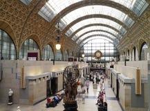 Musee D'Orsay huvudsaklig korridor och klocka i Paris, Frankrike Arkivfoton