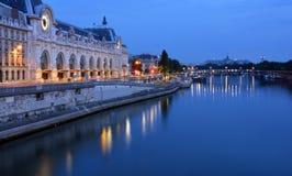 Musee D'Orsay och Seine River på gryning, Paris Frankrike Arkivfoton