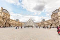 Musee du Жалюзи с пирамидкой Стоковые Изображения