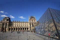 Musee du Louvre, el museo atractivo iluminado en día soleado agradable, pirámide glassed en Europa, París, Francia, turista foto de archivo