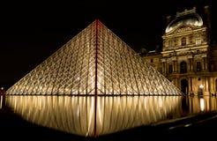 Musee Louvre i Paris vid natt arkivbilder