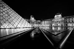 Musee Louvre in Paris by night Stock Photos