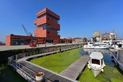 Museet aan de Stroom (MAS) som lokaliseras längs floden Scheldt, är 60m en högväxt byggnad som planläggs av Neutelings Riedijk ar Royaltyfri Bild
