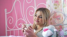 Museful ξανθό τσάι κατανάλωσης στο κρεβάτι 4K απόθεμα βίντεο