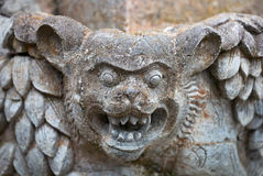 Muselez la bête fantastique sur le mur d'un temple images libres de droits