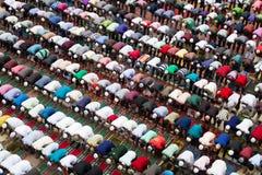 Muselman som ber i Bangladesh Arkivfoton