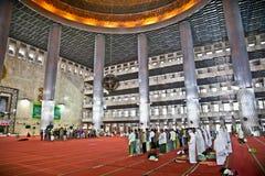 Muselman som ber på den Istiqlal Mesjid moskén. Indonesien Royaltyfria Bilder