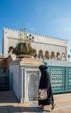 Muselman som besöker mausoleet av Mohammed V och och Hassan II i Rabat Royaltyfri Fotografi