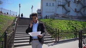 Muselman som talar om affär vid telefonen och sätter upp händer, ultrarapid arkivfilmer