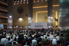 Muselmanen lär quran på istiqlal moské för att tillbe Royaltyfri Bild
