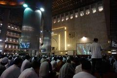 Muselmanen lär quran på istiqlal moské för att tillbe Royaltyfri Foto