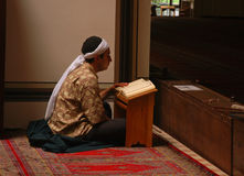 Muselmanen läste quranen i moskén bara royaltyfri fotografi