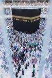 Muselmanen vallfärdar circumambulate Kaabahen i Makkah, Saudiarabien Fotografering för Bildbyråer