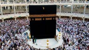 Muselmanen vallfärdar får klar att utföra aftonbönen som vänder mot Kaabahen arkivfilmer