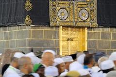 Muselmanen vallfärdar framme av Kaaba i Mecka i den Saudiarabien ledaren arkivfoton