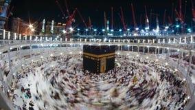 Muselmanen vallfärdar på ingången av den Quba moskén i Medina, Timelapse av muselmanen vallfärdar circumambulate Kaabaen i Mecka, arkivfilmer