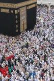 Muselmanen vallf?rdar f?r att circumambulate Kaabaen n?ra den svarta stenen p? Masjidil Haram i Makkah, Saudiarabien arkivfoton