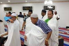 Muselmaner lär att bära ihram eller ehram Royaltyfri Fotografi