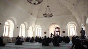 Muselmaner på bönen i Mousque stock video