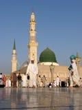 Muselmaner samlade för den dyrkanNabawi moskén, Medina, Saudiarabien Royaltyfri Fotografi