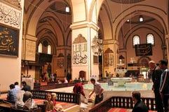 Muselmaner som ber på den storslagna moskén i Bursa royaltyfria bilder