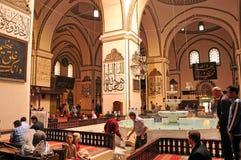 Muselmaner som ber på den storslagna moskén i Bursa arkivfoto