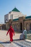 Muselmaner som besöker mausoleet av Mohammed V och och Hassan II i Rabat Arkivfoto
