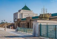 Muselmaner som besöker mausoleet av Mohammed V och och Hassan II i Rabat Arkivbilder