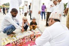 Muselmaner som firar Eid al-Fitr som markerar slutet av månaden av Ramadan Arkivbilder