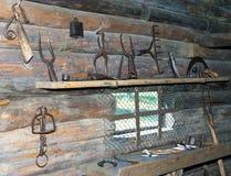 Museo al aire libre de la arquitectura de madera antigua, interior de la herrería. Vitoslavlitsy, gran Novgorod Fotografía de archivo