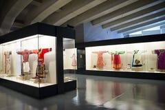 Museo asiatico di cinese, di Pechino, delle donne e dei bambini, il costume nazionale di mostra del hallï del ¼ delle donne dell' Immagine Stock Libera da Diritti