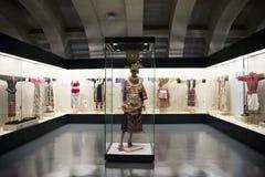 Museo asiatico di cinese, di Pechino, delle donne e dei bambini, il costume nazionale di mostra del hallï del ¼ delle donne dell' Immagine Stock