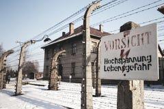 Museo Auschwitz - Birkenau Alta tensione del segnale di pericolo Filo spinato intorno ad un campo di concentramento Fotografie Stock