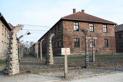 Museo Auschwitz - Birkenau Alta tensione del segnale di pericolo Filo spinato intorno ad un campo di concentramento Immagine Stock Libera da Diritti