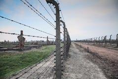 Museo Auschwitz - Birkenau Museo del memoriale di olocausto Filo spinato e fance intorno ad un campo di concentramento Immagini Stock Libere da Diritti