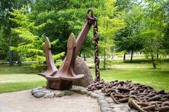 Museo de anclas en parque en Ventspils Imagen de archivo