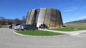Museo de Dorkovo en Bulgaria La estructura de madera abovedada, tiene una exhibición de los fósiles recogidos de la época geológi imagenes de archivo