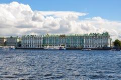 Museo de ermita del palacio del invierno y río de Neva, St Petersburg, Rusia imagenes de archivo