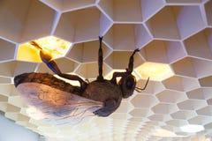 Museo de la abeja en el pueblo de Pastida Grecia 30/05/2018 Objeto expuesto gigante de la abeja en la exhibición Isla de Rodas eu fotos de archivo libres de regalías